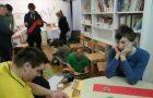 Učenci PP F in PP G ustvarjajo napise proti petardam.
